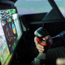 Personne contrôlant le simulateur de vol